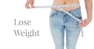 Perca o texto do peso e a cintura de medição da mulher fotos de stock royalty free