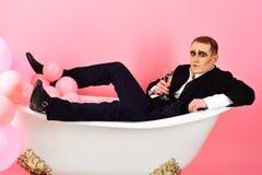Perca-se em sua bebida favorita Mimicar o homem tem o partido da celebração com champanhe r imagem de stock