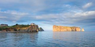 Perce著名被刺穿的岩石在加拿大 免版税库存照片