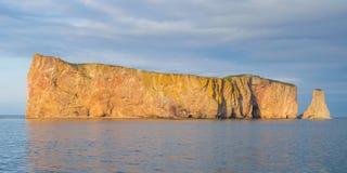 Perce著名被刺穿的岩石在加拿大 库存照片