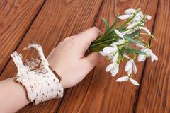 Perce-neige dans une main femelle Photographie stock libre de droits