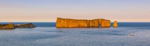 Perce Rock-Panorama bei Sonnenuntergang Stockbilder