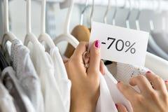 70 percenten van kleren in een winkel stock foto's
