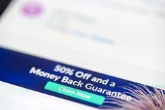 50 percenten weg en de eisen nu e-mail bericht van de geld achterwaarborg op de close-up van het smartphonescherm stock afbeelding