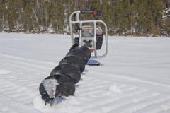 Perceuse de moteur pour p?cher dans la neige photos libres de droits