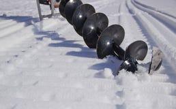 Perceuse de moteur pour p?cher dans la neige images stock