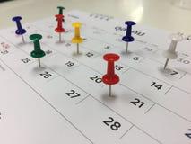 Percevejo no conceito do calendário para ocupado, lembrete da nomeação e da reunião Imagem de Stock