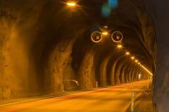 Percez un tunnel avec des lumières et des traînées du trafic de voiture Image libre de droits