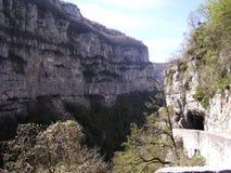 Percez un tunnel dans les montagnes Image stock