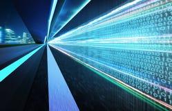 Percez un tunnel la route avec des nombres de code binaire sur la route goudronnée brouillée par mouvement illustration libre de droits