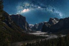 Percez un tunnel la vue sans la lune montrant la manière laiteuse en février Image libre de droits