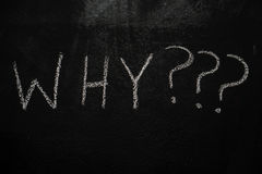 Perché con i punti interrogativi sulla lavagna nera Immagini Stock