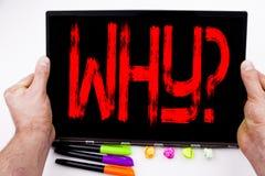 Perché testo di domanda scritto sulla compressa, computer nell'ufficio con l'indicatore, penna, cancelleria Concetto di affari pe Fotografie Stock