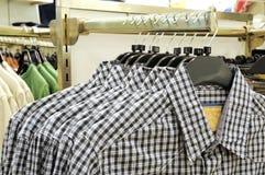 Percha de ropa con las camisas Fotos de archivo libres de regalías