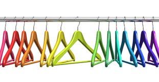 Perchas de capa del arco iris en el carril de la ropa Imagenes de archivo