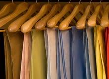Perchas de madera de los pantalones coloridos Fotos de archivo libres de regalías