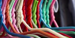 Perchas de ropa coloridas Imágenes de archivo libres de regalías