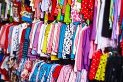 Perchas de ropa del bebé en un almacén Fotos de archivo libres de regalías