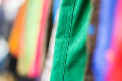 Perchas en la tienda de la ropa DOF bajo Imagenes de archivo