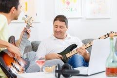 Perche et joueur de guitare Photo libre de droits