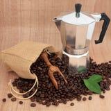 Fabricant et haricots de café images stock
