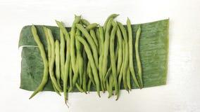 Percorsi dell'isolato e di ritaglio di punto di vista superiore della verdura cruda del fagiolino verde Fotografia Stock