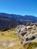 Percorsi delle pietre impilate che indicano verso le montagne fotografia stock libera da diritti