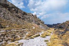 Percorso ad alta altitudine per trekking e scalare alla cima del Elbrus fra le rocce Fotografia Stock