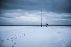 Percorso al chiarimento Spiaggia innevata con il leadin di orme fotografie stock libere da diritti