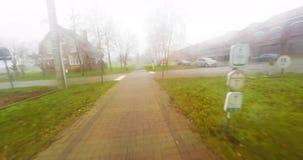 Percorso in bicicletta nella nebbia stock footage