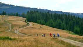 Percorso in bicicletta nelle montagne archivi video