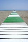 Percorso che piombo alla spiaggia sabbiosa ed al mare Fotografie Stock Libere da Diritti