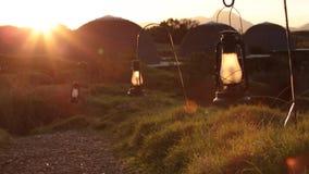 Percorso con le lanterne durante il tramonto stock footage
