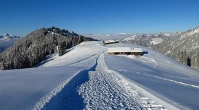 Percorso d'escursione e sledging di inverno sul Mt Hohe Wispile Immagine Stock