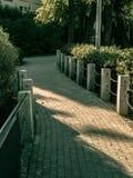 percorso dalle pietre per lastricati nel parco fotografia stock