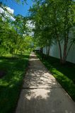 Percorso del giardino all'indicatore luminoso & ad ombra Immagine Stock