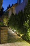 Percorso del giardino del cortile alla notte fotografia stock