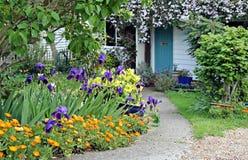Percorso del giardino del cottage del paese Immagini Stock Libere da Diritti