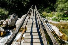 Percorso del ponte di legno in parco nazionale Tre Cime di Lavaredo Dolomiti Fotografie Stock