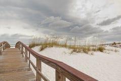 Percorso del sentiero costiero alla spiaggia al tramonto immagini stock libere da diritti