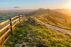 Percorso della montagna bagnato nella luce solare dorata Fotografia Stock Libera da Diritti