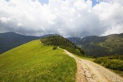 Percorso della montagna di estate, paesaggio della montagna con il percorso e tempesta Fotografia Stock Libera da Diritti