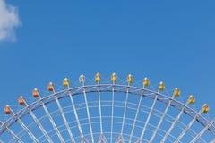 Percorso della ruota di ferris gigante della luna park contro cielo blu Immagini Stock