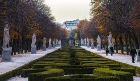Percorso di autunno con i cespugli, le statue e gli alberi Fotografia Stock Libera da Diritti