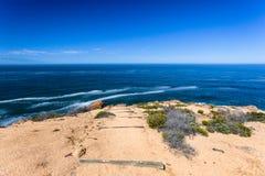 Percorso di camminata che fa un'escursione orizzonte dell'oceano immagine stock libera da diritti