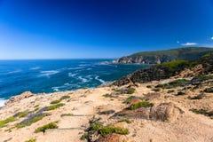Percorso di camminata che fa un'escursione orizzonte dell'oceano fotografia stock libera da diritti