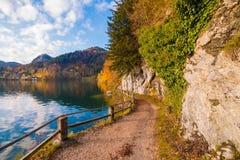 Percorso di camminata con un recinto lungo il lago alpino Wolfgangsee nel austr Immagine Stock Libera da Diritti