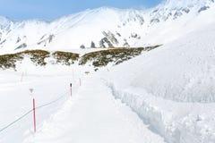 Percorso di camminata della neve dentro alla montagna della neve per il giocatore dello sci Immagine Stock Libera da Diritti