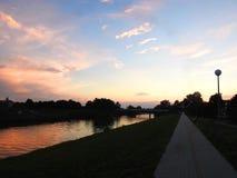 Percorso di camminata e fiume nei colori di tramonto, Lituania Immagine Stock