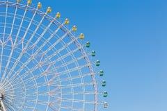 Percorso di divertimento della ruota di ferris della luna park contro cielo blu Immagine Stock